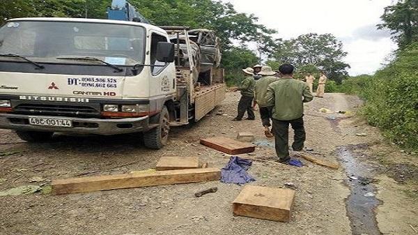 Đắk Nông: Xe chở gỗ lậu lật ngửa gần trạm quản lý bảo vệ rừng, 2 người chết thảm