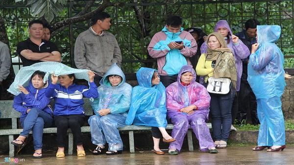Người dân mặc áo mưa theo dõi phiên xử vụ xả súng kinh hoàng ở Đắk Nông