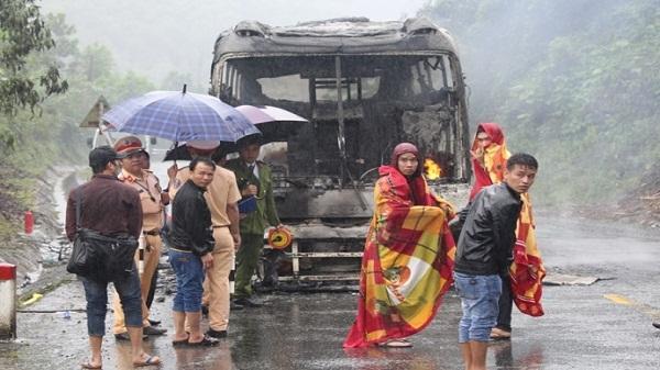 Dập lửa kịp thời xe khách bùng cháy khi lên đèo Lò Xo