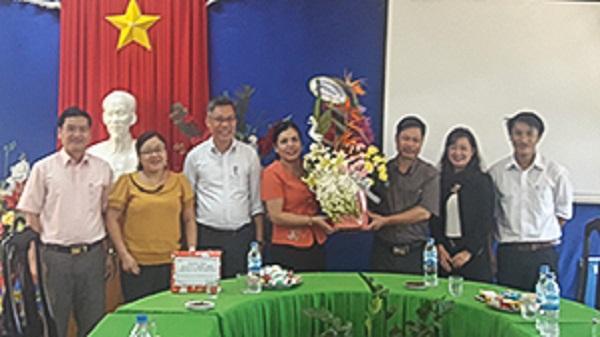 Lãnh đạo huyện Đăk Glei thăm, tặng quà các thầy cô giáo