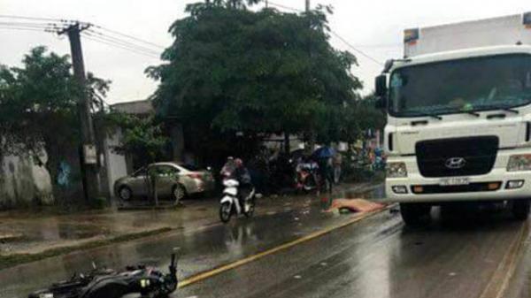 Đâm vào xe máy, nạn nhân bị container cán tử vong
