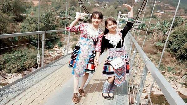 Hết gây bão với ngoại hình xinh đẹp, cô gái bán cơm lam đến từ trường DTNT Lai Châu còn khoe giọng hát hay