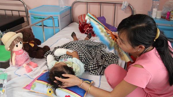 Lai Châu: Sau đêm sốt, bé gái 3 tuổi phải cắt cụt tứ chi do bị hoại tử hiếm gặp