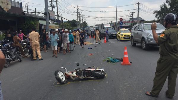 Hết giờ học, nữ sinh viên ở Sài Gòn chết thảm dưới bánh xe sau va chạm với xe tải trên đường phố