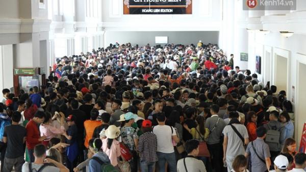 Hàng nghìn người xếp hàng chật kín chờ mua vé cáp treo lên đỉnh Fansipan ngày 30/4