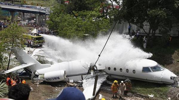 Máy bay gãy đôi sau khi cất cánh tại sân bay Honduras