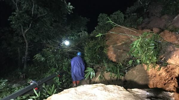 Sạt lở đất đá chặn ngang quốc lộ huyết mạch Lào Cai đi Sa Pa trong đêm