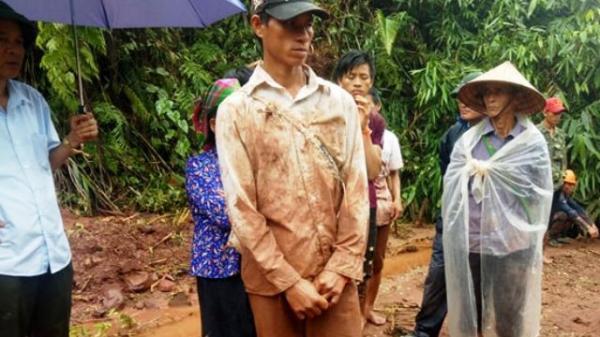 Lũ kinh hoàng ở miền Bắc: Người đàn ông vừa khóc vừa dùng tay bới đất đá tìm vợ con