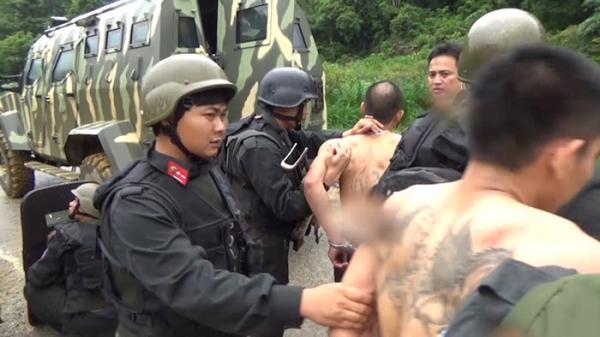 Trăm cảnh sát mặc áo giáp nổ súng trong đêm vây bắt trùm buôn ma túy ở Tây Bắc