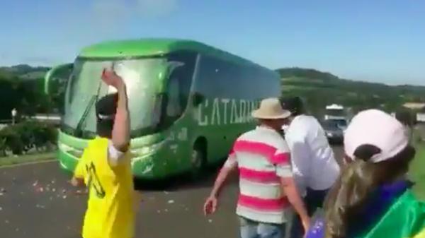 SỐC: Fan Brazil ném đá chai lọ vào xe bus chở Neymar và đồng đội ngày trở về nước