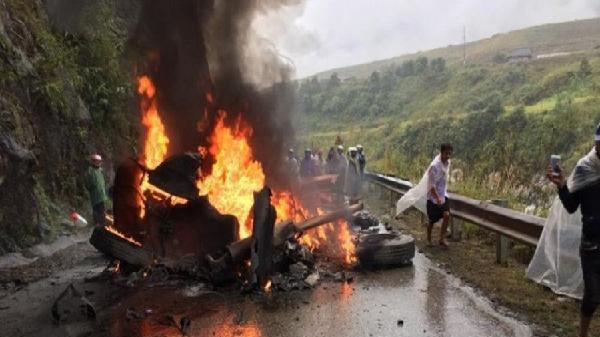 Container mất lái đâm vào taluy bốc cháy dữ dội, quốc lộ 4D ùn tắc kéo dài