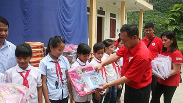 Những tấm lòng vàng gửi tặng quà học sinh, hộ nghèo huyện Mường Tè