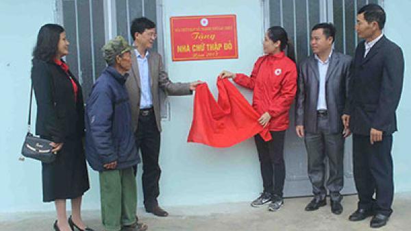 """Trao tặng """"Nhà chữ thập đỏ"""" cho hộ nghèo xã San Thàng"""