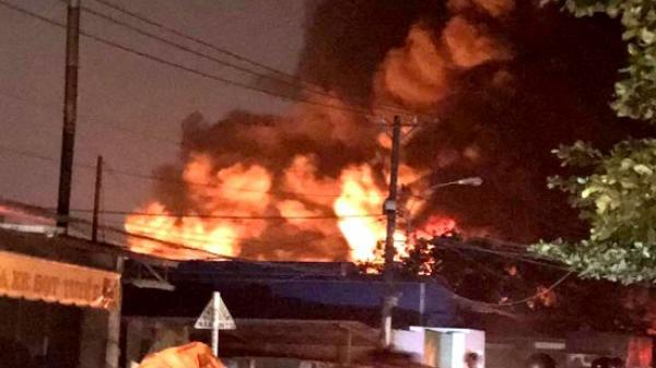 Xưởng đệm mút 1000m2 cháy ngùn ngụt trong đêm khiến nhiều hộ dân hoảng hốt phải tháo chạy