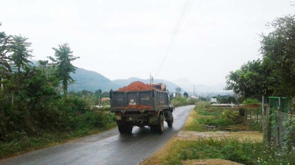 Lâm Đồng: Xe chở đất tung hoành đường liên thôn, tiềm ẩn rủi ro tai nạn giao thông
