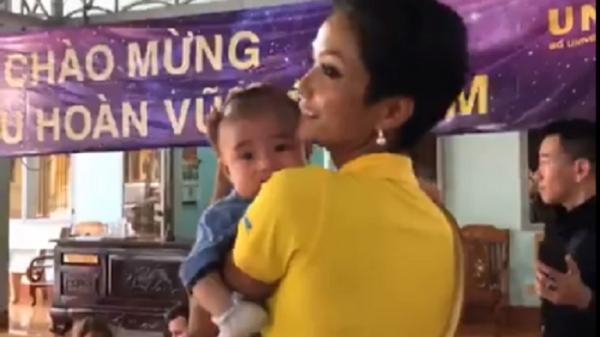 Điều đầu tiên Tân Hoa hậu Hoàn vũ 2017 muốn làm là thăm trại trẻ mồ côi tại Bảo Lộc, Lâm Đồng