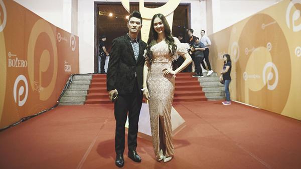Nam ca sĩ đình đám gốc Đà Lạt sánh vai cùng mỹ nhân Thái Lan tại thảm đỏ POPS Awards 2017