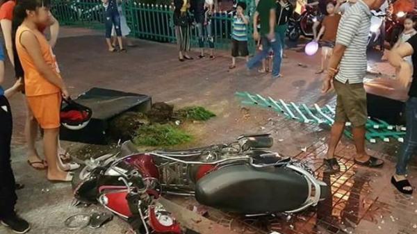 Kinh hoàng: Nữ tài xế đâm gãy xe máy rồi lao thẳng vào nhà sách gây đổ vỡ nghiêm trọng