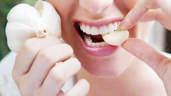 Ăn 1 tép tỏi lúc bụng đói trong 7 ngày liên tiếp, điều xảy ra sẽ khiến bạn bị sốc!