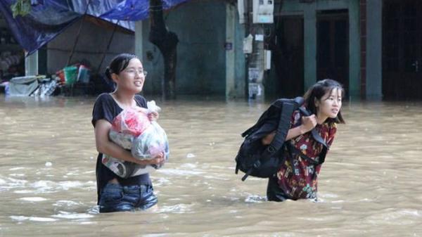 Xót xa hình ảnh các sĩ tử vượt mưa lũ đi thi THPT Quốc Gia 2018