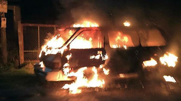 Lâm Đồng: Ô tô tự phát hỏa cháy rụi trong đêm, 4 người may mắn thoát chết