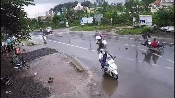 Lâm Đồng: Xe máy lái ẩu, va chạm khiến 2 người văng vào gầm xe tải tử vong