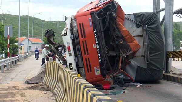 KINH HOÀNG: Xe tải lao vào trạm thu phí, lật nghiêng trên mặt đường, tài xế trọng thương.