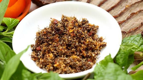 Tây Bắc có món ăn đặc sản bánh trứng kiến thì Tây Nguyên cũng không kém cạnh với muối kiến - một mĩ vị độc đáo