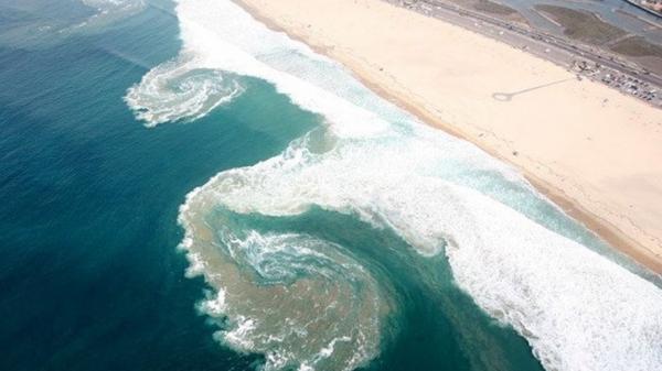 Tắm biển sau khi đá bóng, 2 thiếu niên bị cuốn vào vùng xoáy sâu tử vong