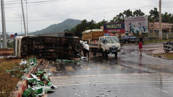 Tây Nguyên: Tai nạn liên hoàn, xe tải chở bia lật nghiêng, tài xế bị thương nặng
