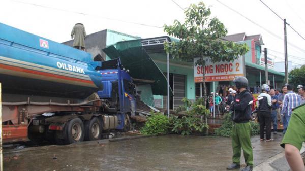 Lâm Đồng: Xe bồn chở xăng dầu lao vào nhà dân trên QL20, tông sập quán thịt cầy