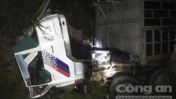 Tây Nguyên: Tai nạn hy hữu, xe lật ca bin, tài xế bị chính xe mình cán tử vong