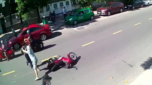 Video: Va chạm bị ngã, ông Tây lao tới đẩy văng bé trai