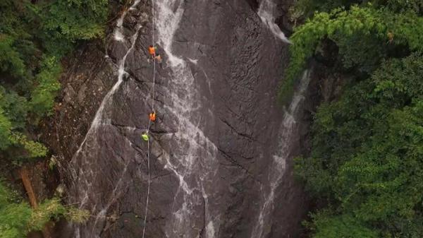 """Nghẹt thở với trải nghiệm """"trượt không phanh"""" nơi ngọn thác 7 tầng Tà Ngào"""