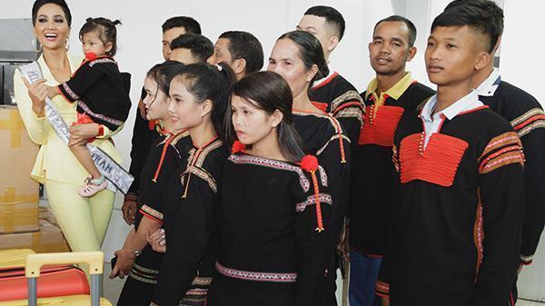 Gia đình H'Hen Niê diện trang phục người Ê-Đê, tiễn chân con gái bản làng đến Thái tham dự Miss Universe