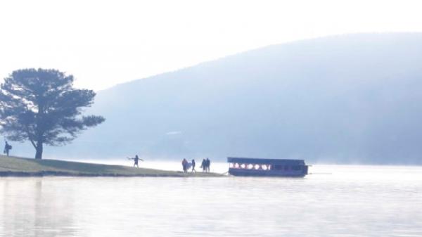 """Du thuyền """"chui"""" trên hồ Suối Vàng - Đà Lạt"""