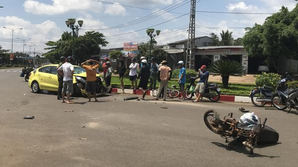 Tai nạn giao thông nghiêm trọng giữa xe taxi với xe máy khiến một người thiệt mạng