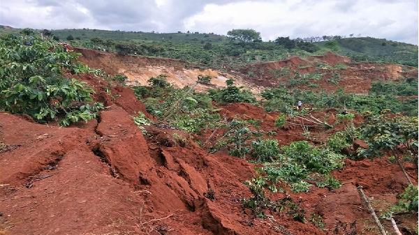 Lâm Đồng: Người dân lo lắng vì sụt lở đất
