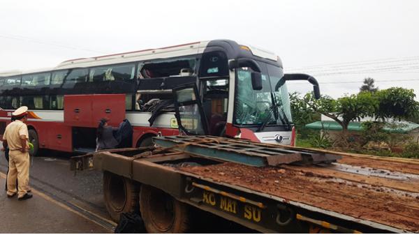 Bảo Lộc: Xe khách va chạm xe đầu kéo, hàng chục hành khách hoảng loạn