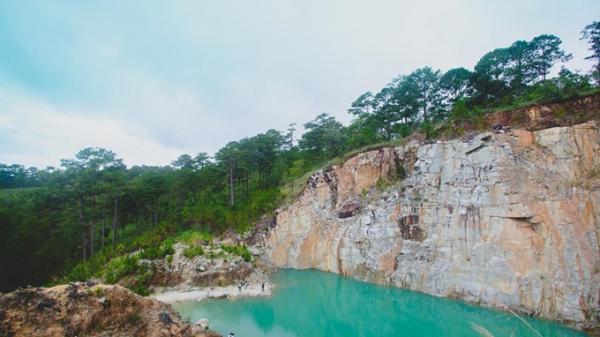 Hồ nước xanh ngắt được ví như 'tuyệt tình cốc' ở Đà Lạt