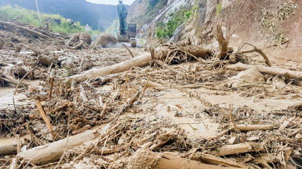 Suýt chết khi dọn đất đá sạt lở gây chia cắt Nha Trang - Đà Lạt