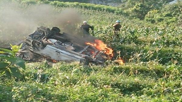 Lào Cai: Ô tô lao xuống vực bốc cháy dữ dội, 2 người văng ra ngoài thoát chết
