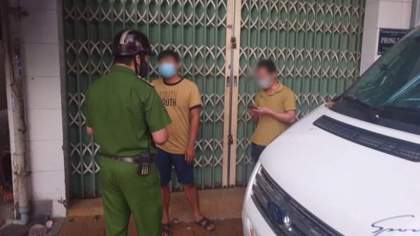 Đi bộ ra khỏi nhà khoảng 500 mét thì gặp công an, 2 người đàn ông bị phạt 15 triệu đồng