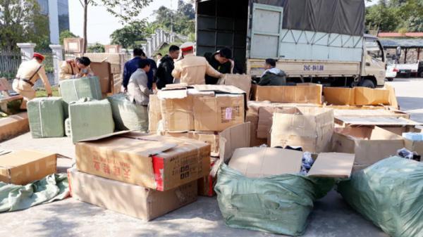 Lào Cai: Bắt giữ nhiều xe tải chở gần 1.900 đôi giầy không rõ nguồn gốc