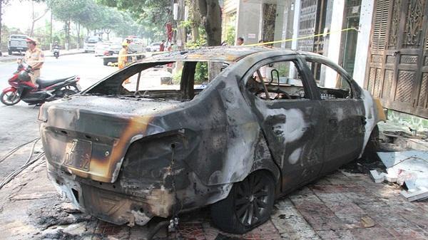 Tạm giữ đối tượng đốt xe ô tô vì ghen tuông