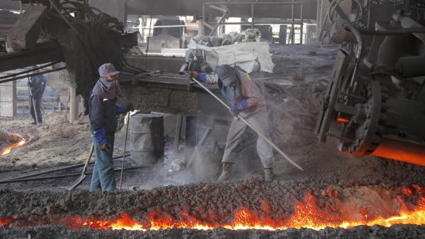 Công nhân Nhà máy Gang thép Lào Cai hối hả vào ca ngày đầu năm mới