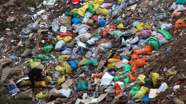 Hoảng hồn với cảnh tượng sông Hồng đoạn qua TP. Lào Cai tràn ngập rác