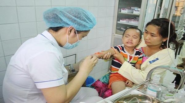 Lào Cai: Trẻ nhập viện tăng do nắng nóng