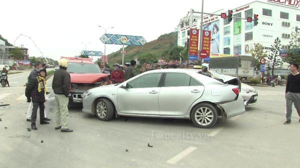 2 ô tô tông nhau trên Đại lộ Trần Hưng Đạo, Lào Cai