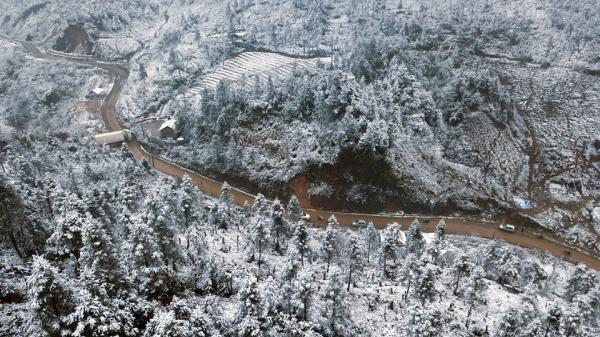 Toàn cảnh tuyết bao phủ trắng đường về Sa Pa nhìn từ camera bay